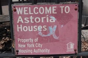 L'autrice analizza in parallelo il quartiere Astoria a New York e testaccio a Roma