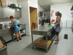 Volontarie nella cucina del Baobab. Serve urgentemente cibo.